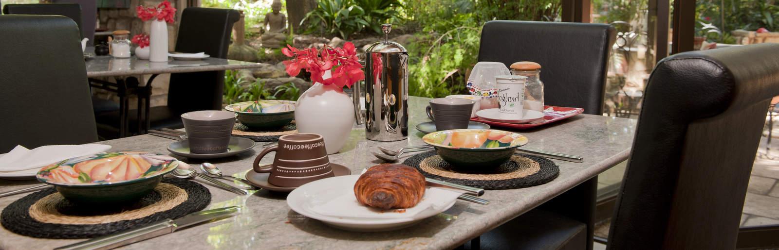 Amanzi Guest House - Breakfast on patio